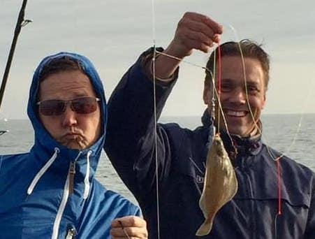 2-mannen-tijdens-dagje-zeevissen-op-de-Noordzee