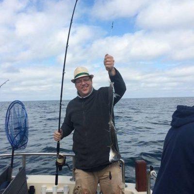 man met vangst na dagje zeevissen zeeland