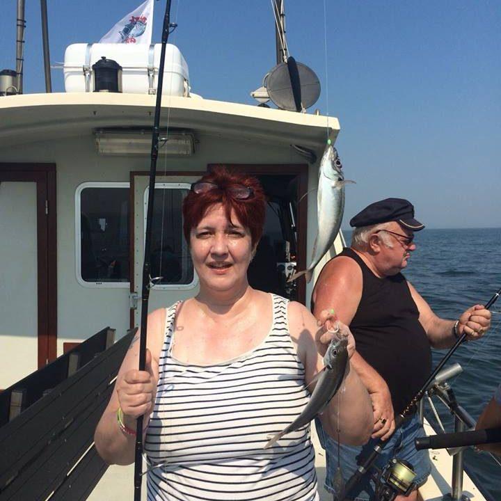 vrouw aan het zeevissen in zeeland